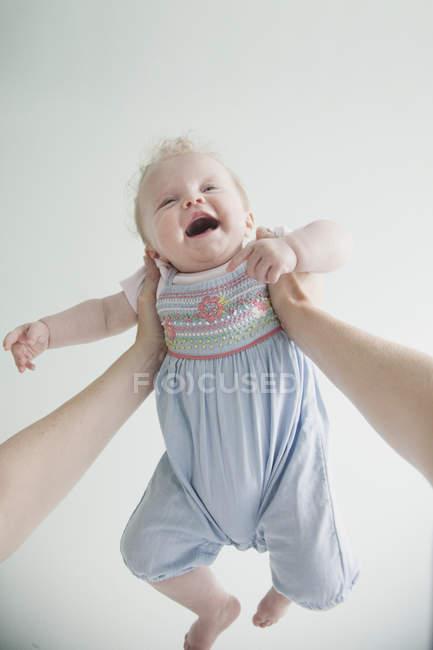 Матері проведення дочки дитини в повітря — стокове фото
