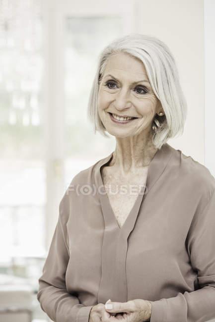 Porträt einer lächelnden Seniorin zu Hause — Stockfoto