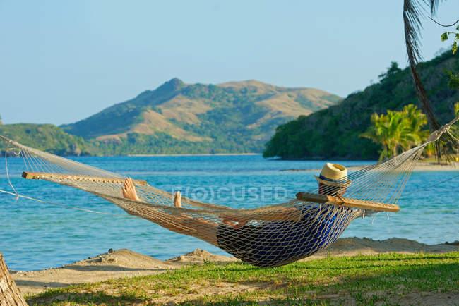 Uomo in un'amaca, gruppo di Yasawa Island, Fiji, Isole del Pacifico meridionale — Foto stock