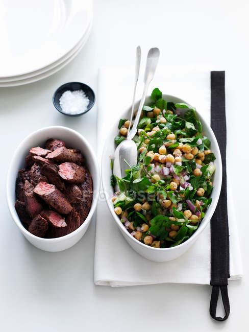 Kichererbsen-Salat mit Lamm in Schalen — Stockfoto
