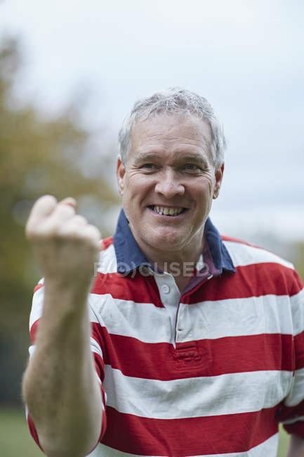 Portrait d'un homme mature, passer un coup de poing dans la célébration, tout en formation — Photo de stock