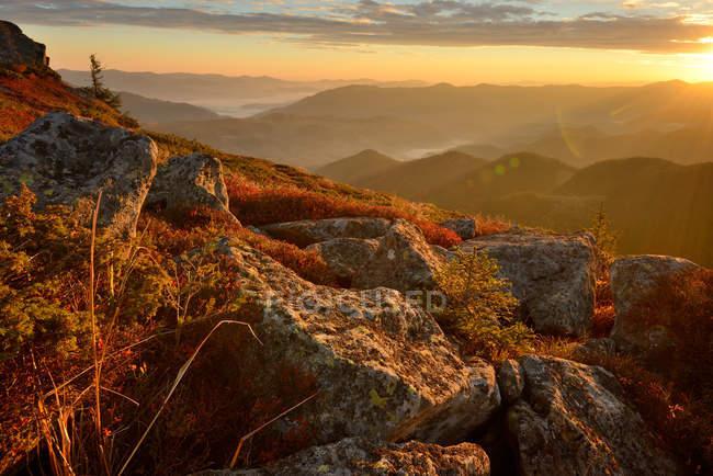 Vista dalla montagna Vukhatiy Kamen sul villaggio di Dzembronya, Carpazi, Regione di Ivano-Frankovsk, Ucraina — Foto stock