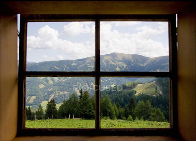 Fenster mit Blick in die Berge — Stockfoto