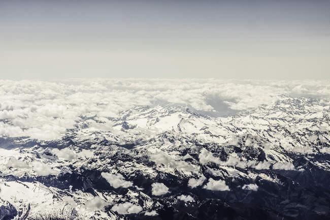 Vista aerea delle montagne innevate Alpi — Foto stock