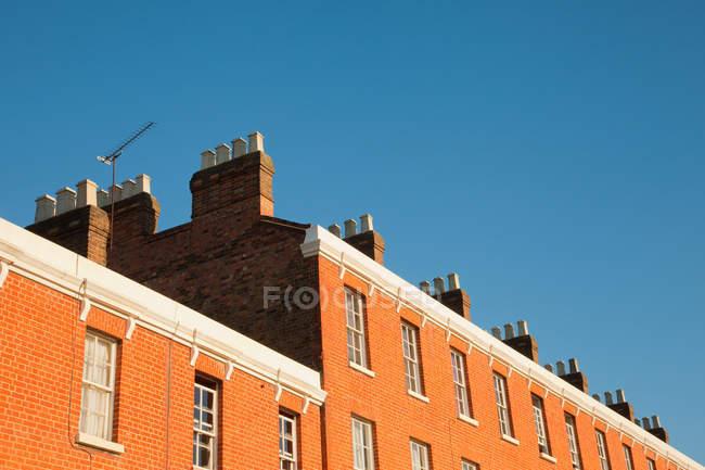 Facciata della casa contro cielo blu — Foto stock