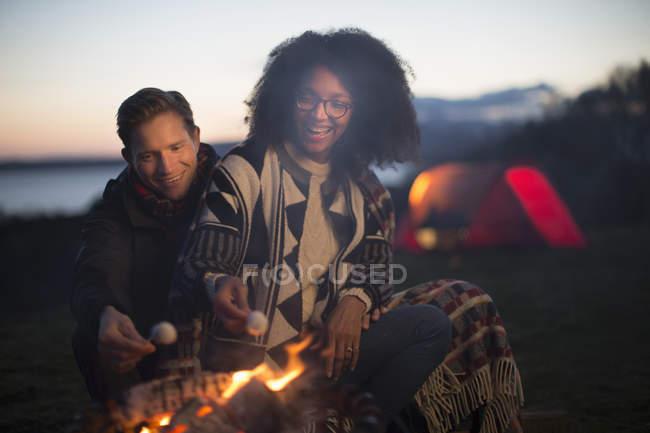 Пара тостов за зефир в лагере, остров Скай, Шотландия — стоковое фото