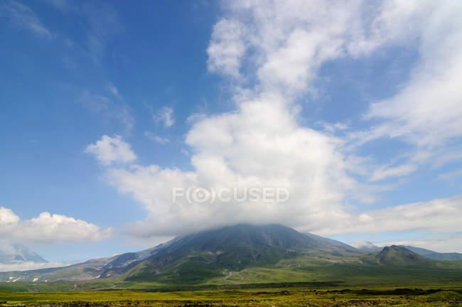 Tolbachik Vulkan in den Wolken — Stockfoto