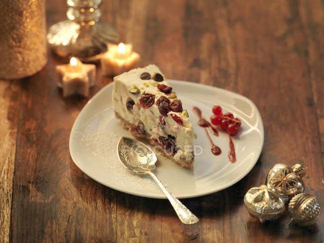 Tarta de queso con arándanos en mesa con velas - foto de stock