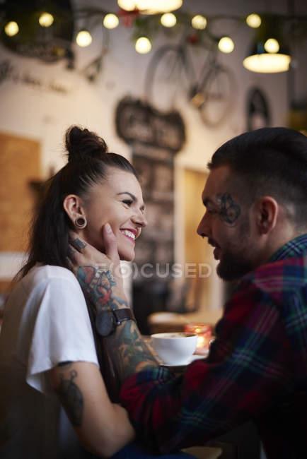 Пара в кафе улыбающееся лицо — стоковое фото