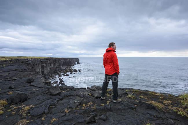 Uomo che gode della vista sulla scogliera, Reyjanes, Islanda — Foto stock