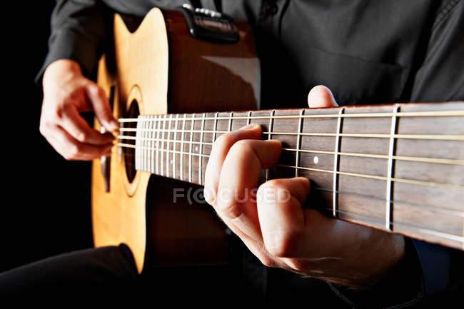 Primo piano di persona che suona la chitarra classica — Foto stock