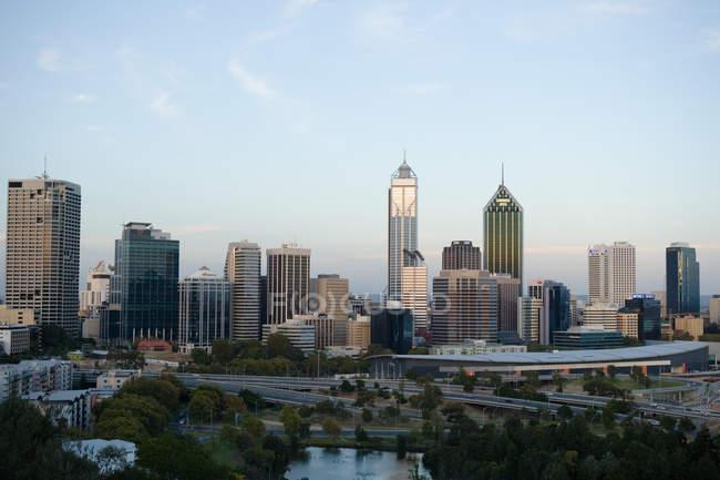 Blick auf die Skyline von Perth City in der Abenddämmerung — Stockfoto