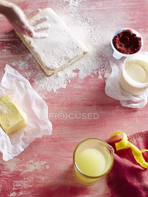 Cropped image de femme préparation pâtisserie cuisine — Photo de stock