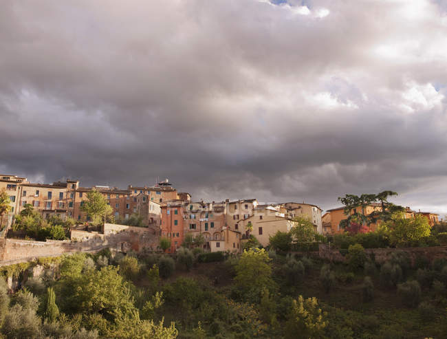Apartment buildings on the outskirts of the medieval city of Siena, Tuscany, Italy — Stock Photo