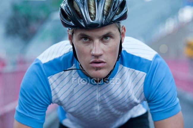 Ritratto del ciclista dall'aspetto determinato — Foto stock