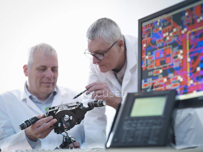 Інженери з проектування електронних схем для автомобільного використання — стокове фото