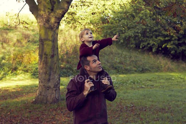 Pai carregando a filha da criança nos ombros — Fotografia de Stock