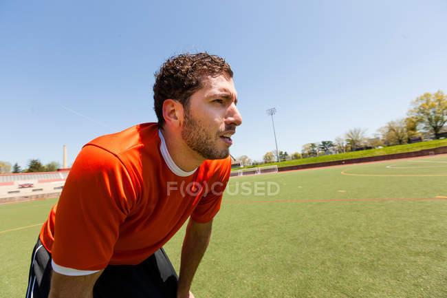 Tomando un descanso en el campo del jugador del fútbol - foto de stock
