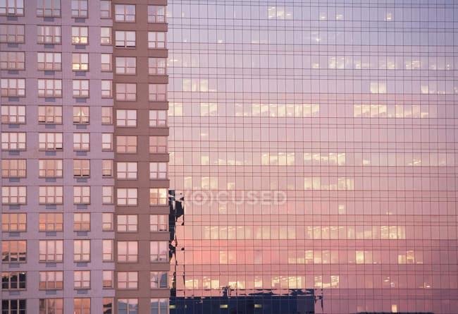 Luce della sera riflessa negli edifici — Foto stock