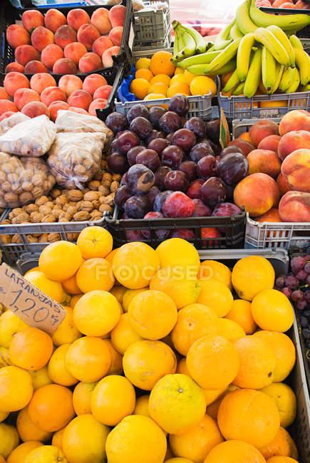 Diferentes frutas en cajas en el mercado de la calle - foto de stock