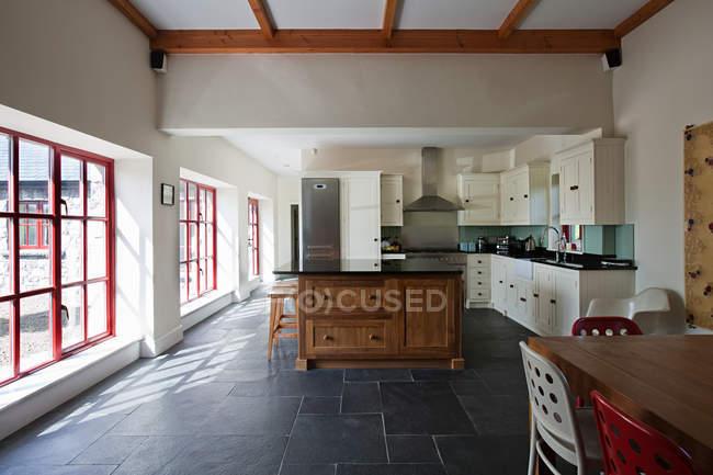 Просторная кухня интерьер с большими окнами — стоковое фото