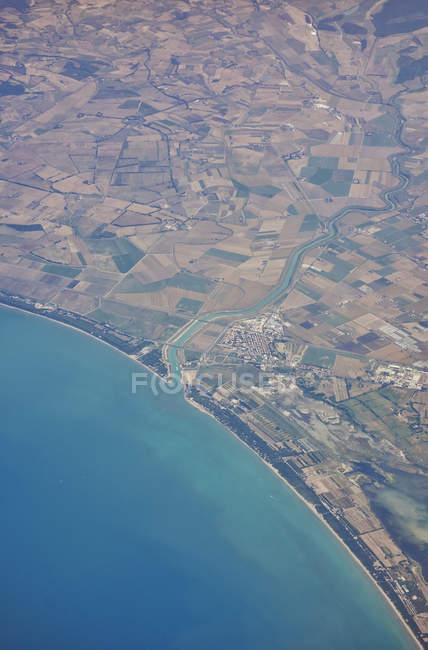 Vista aérea da costa de mar e terra — Fotografia de Stock
