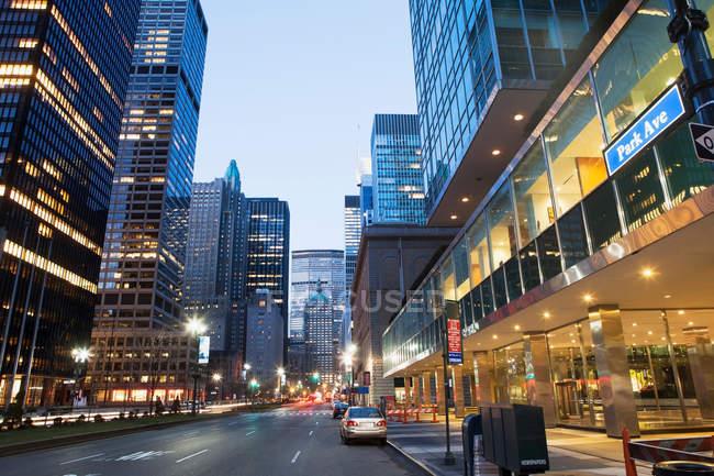 Park avenue au crépuscule — Photo de stock
