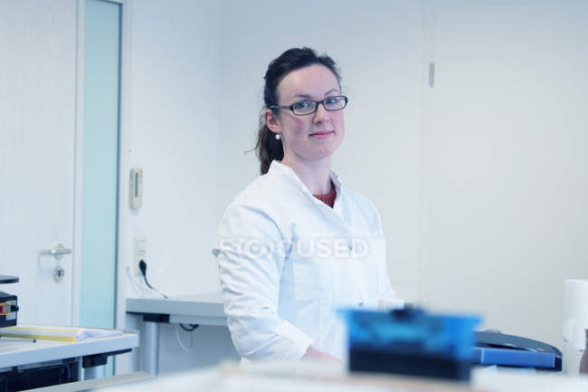 Portrait de jeune femme scientifique en laboratoire — Photo de stock