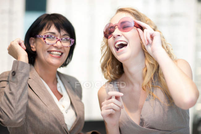 Due donne sorridenti in occhiali — Foto stock