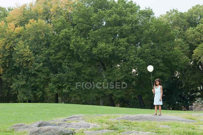 Mädchen auf Geburtstagsparty hält Luftballon — Stockfoto