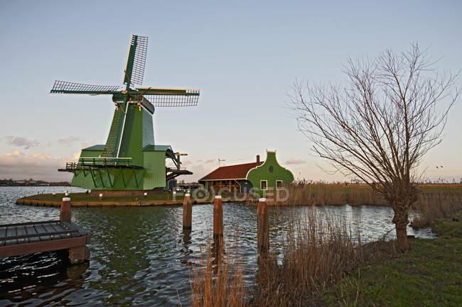Ветряная мельница и Пирс под голубым небом — стоковое фото