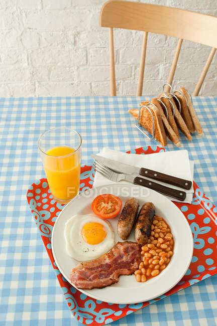 Carne con uovo fritto e pane tostato — Foto stock