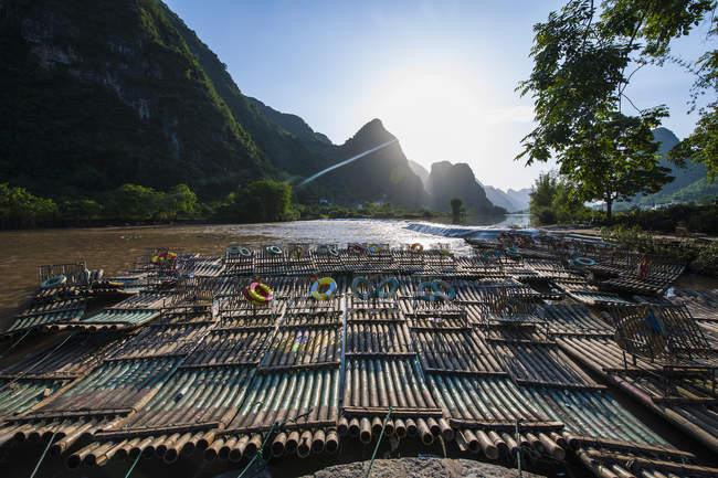 Zattere di bambù sul fiume Yu Long, montagne carsiche, Guangxi, Cina — Foto stock
