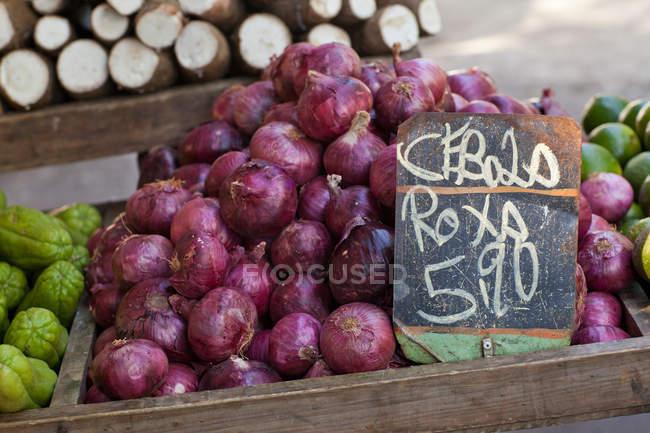 Rote Zwiebeln zum Verkauf auf Markt — Stockfoto