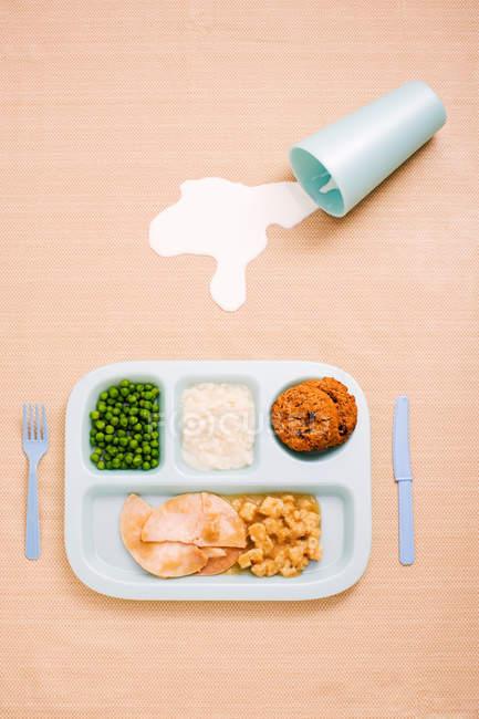 Vista superior do jantar de criança com garfo e faca em fundo pastel — Fotografia de Stock