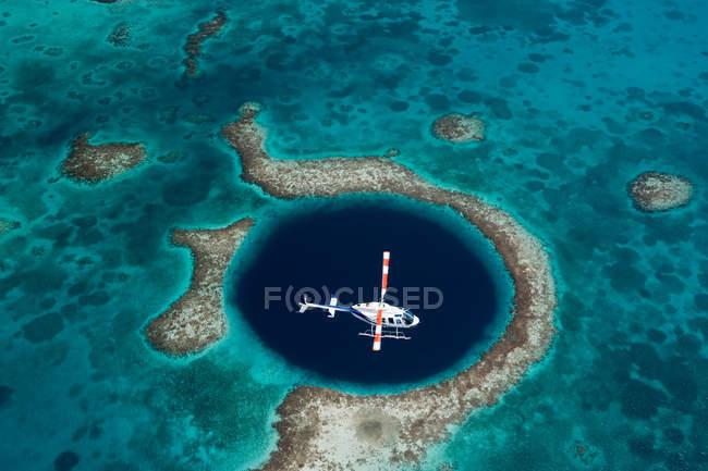Vista aérea do buraco azul e helicóptero — Fotografia de Stock