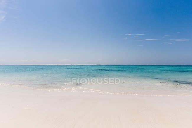 Playa y mar en calma - foto de stock