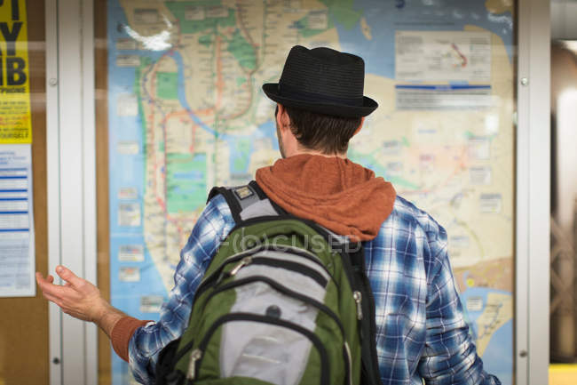Homem confuso, lendo o mapa da cidade — Fotografia de Stock