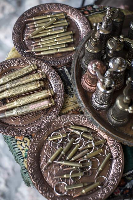 Balas de lembrança colocadas em pratos vintage, Sarajevo, Bósnia e Herzegovina — Fotografia de Stock