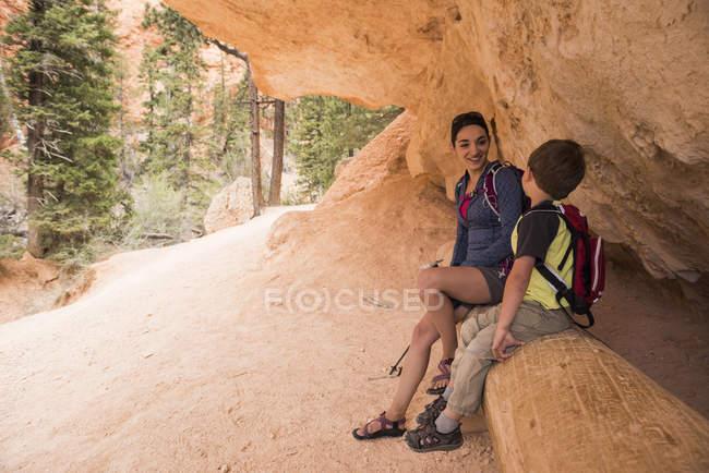 Madre e figlio in pausa, escursioni nel Queens Garden / Navajo Canyon Loop nel Bryce Canyon National Park, Utah, USA — Foto stock