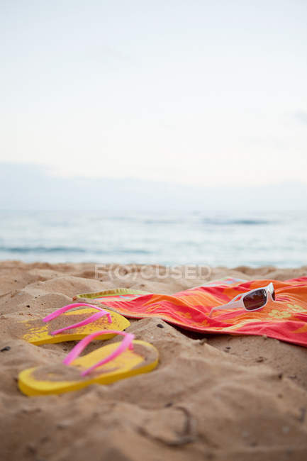 Flips flops and towel — Stock Photo