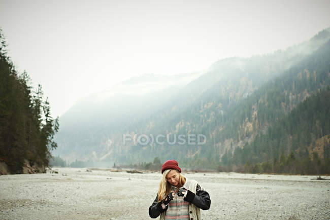 Portrait de femme dans un endroit éloigné — Photo de stock