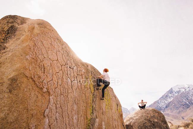 Друзі, які лазять по скелях, Buttermilk Boulders, Bishop, California, Usa — стокове фото
