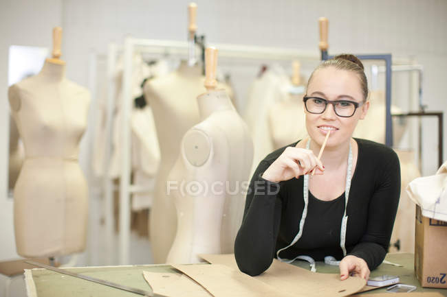 Studente di design di moda in classe — Foto stock