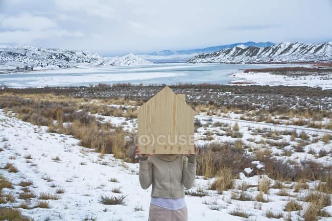Mulher na paisagem cênica com forma de madeira de uma casa — Fotografia de Stock