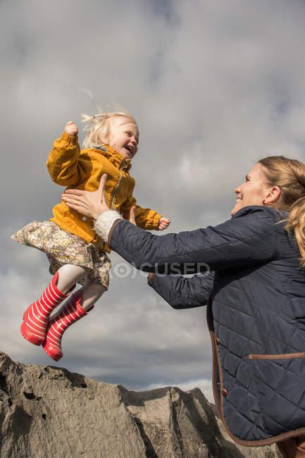 Frau Holding weiblichen Kleinkind — Stockfoto