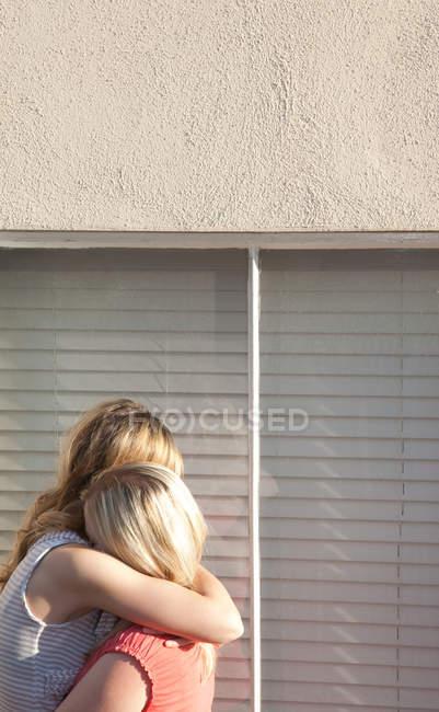 Joven pareja de lesbianas adoptar por ventana - foto de stock