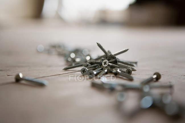 Close-up de parafusos no chão, foco diferencial — Fotografia de Stock