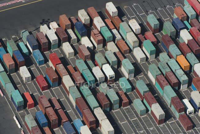 Vue aérienne de conteneurs de fret multicolores — Photo de stock