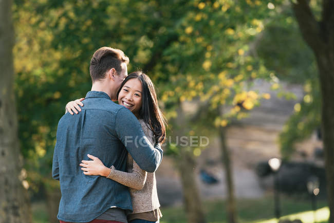 Romantische Mitte erwachsenes Paar umarmt im Park — Stockfoto
